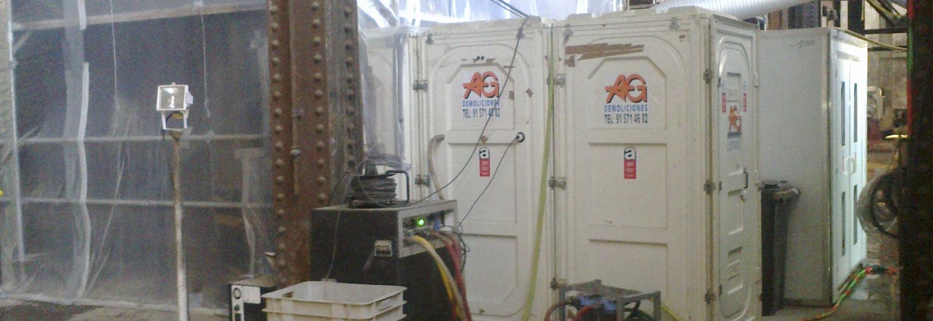 Desmontaje de placas de fibrocemento friable en papelera en el Prat de Llobregat, Barcelona
