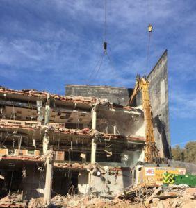 Demolición de edificio industrial en la calle Irún de Madrid